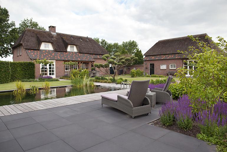 Landelijke tuin met een moderne twist